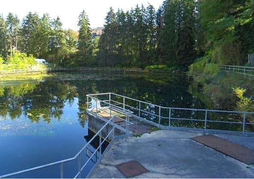 Dudelange : gîte flottant sur un bassin d'eau près de la tour d'eau à Dudelange